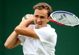 Российский спортсмен Даниил Медведев празднует победу
