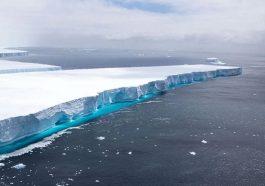 Огромный айсберг в Южной Антлантике раскололся